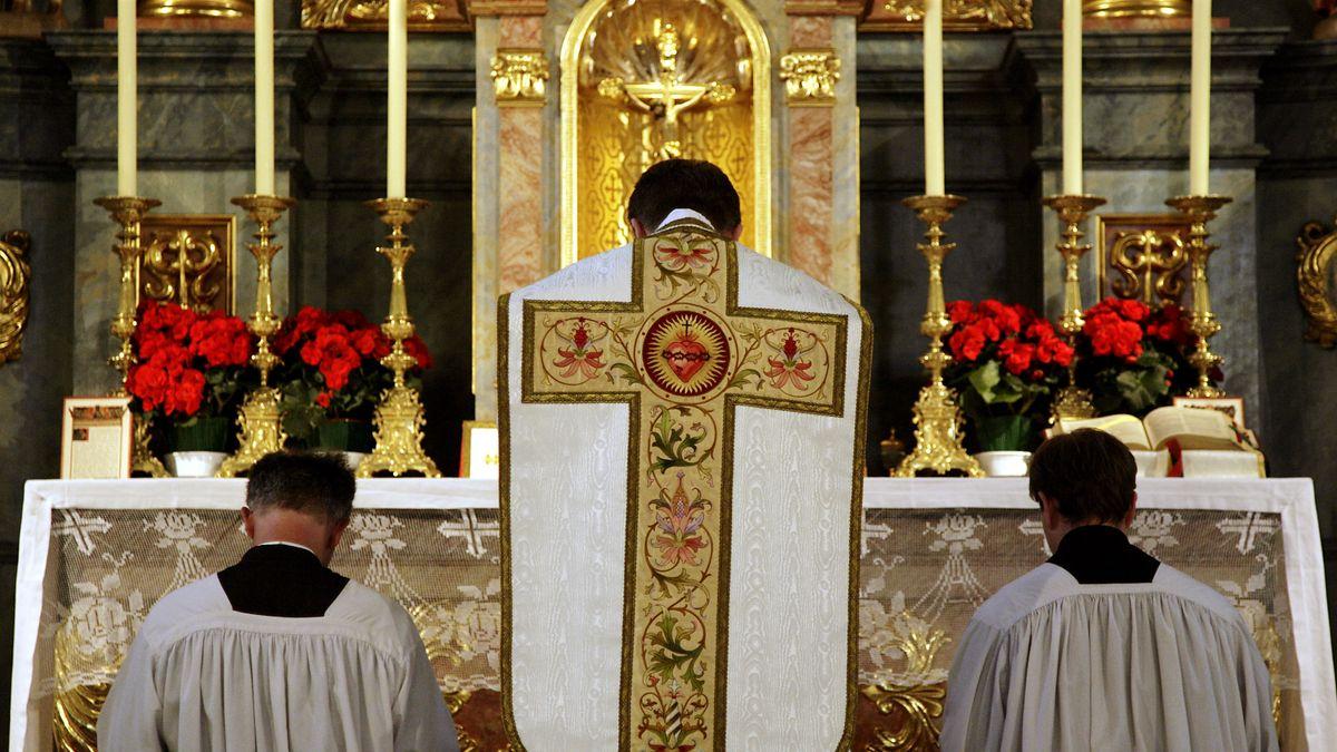 Ein Priester feiert die tridentinische Messe - auf Latein und mit dem Rücken zu den Kirchenbesuchern gewandt.