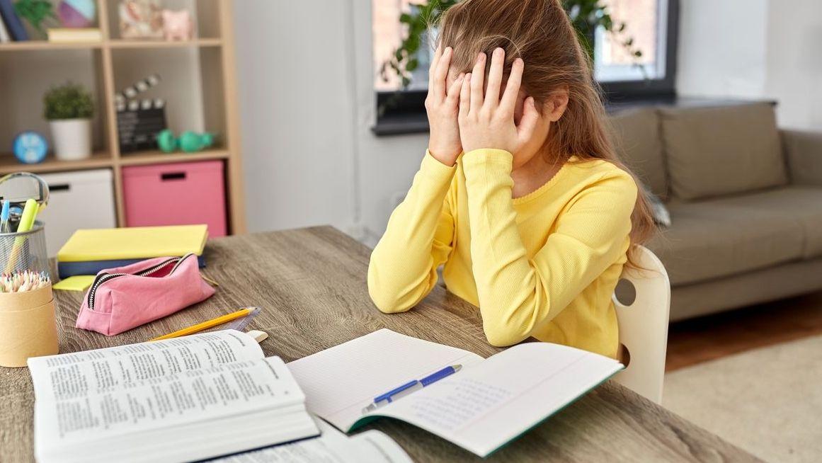 Schülerin zuhause beim Homeschooling.