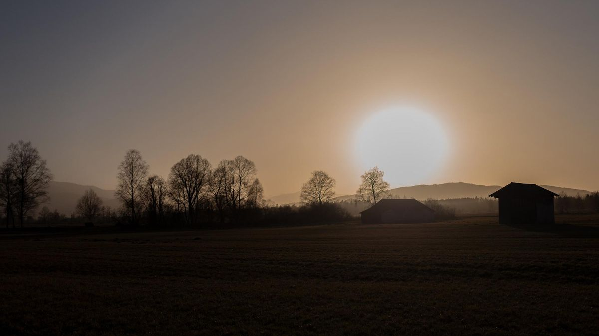 Sahara-Staub sorgt für einen besonders schönen Sonnenuntergang bei Bichl in Oberbayern.