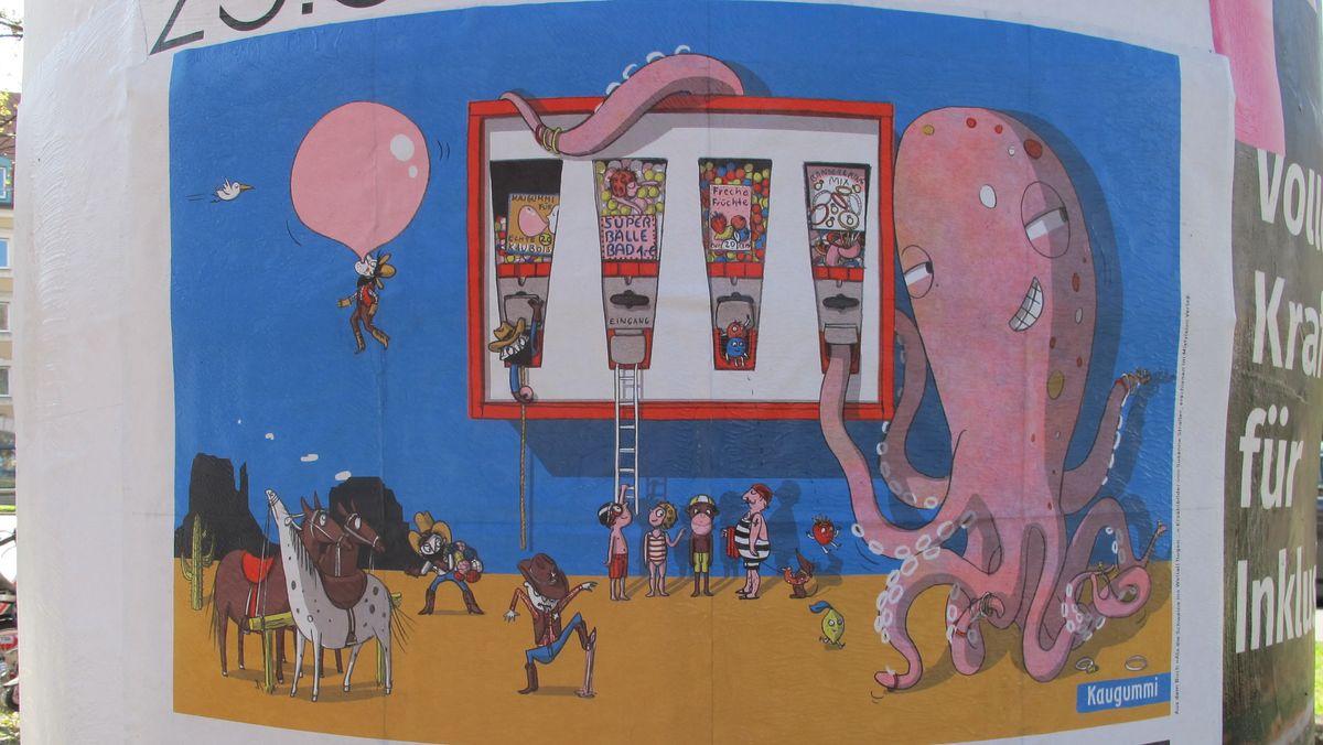 Eine rosa Krake lehnt am Kaugummiautomaten
