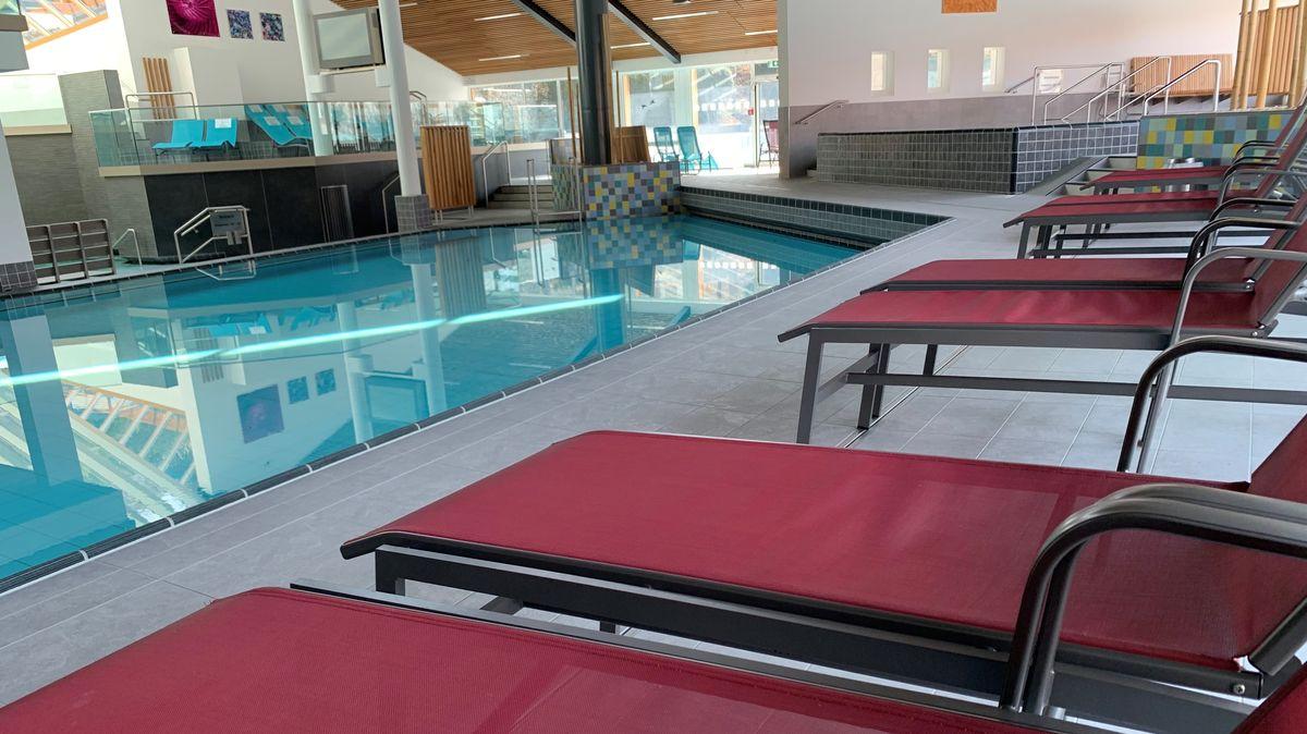 Leere Liegestühle und Becken in der Therme Bad Griesbach