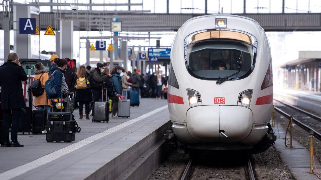 Reisende am Münchner Hauptbahnhof
