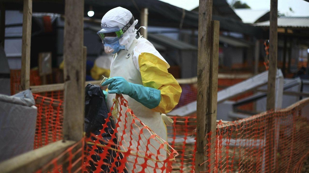 Ein medizinischer Helfer arbeitet in einem Behandlungszentrum für Ebola in Beni im Kongo im April 2019.