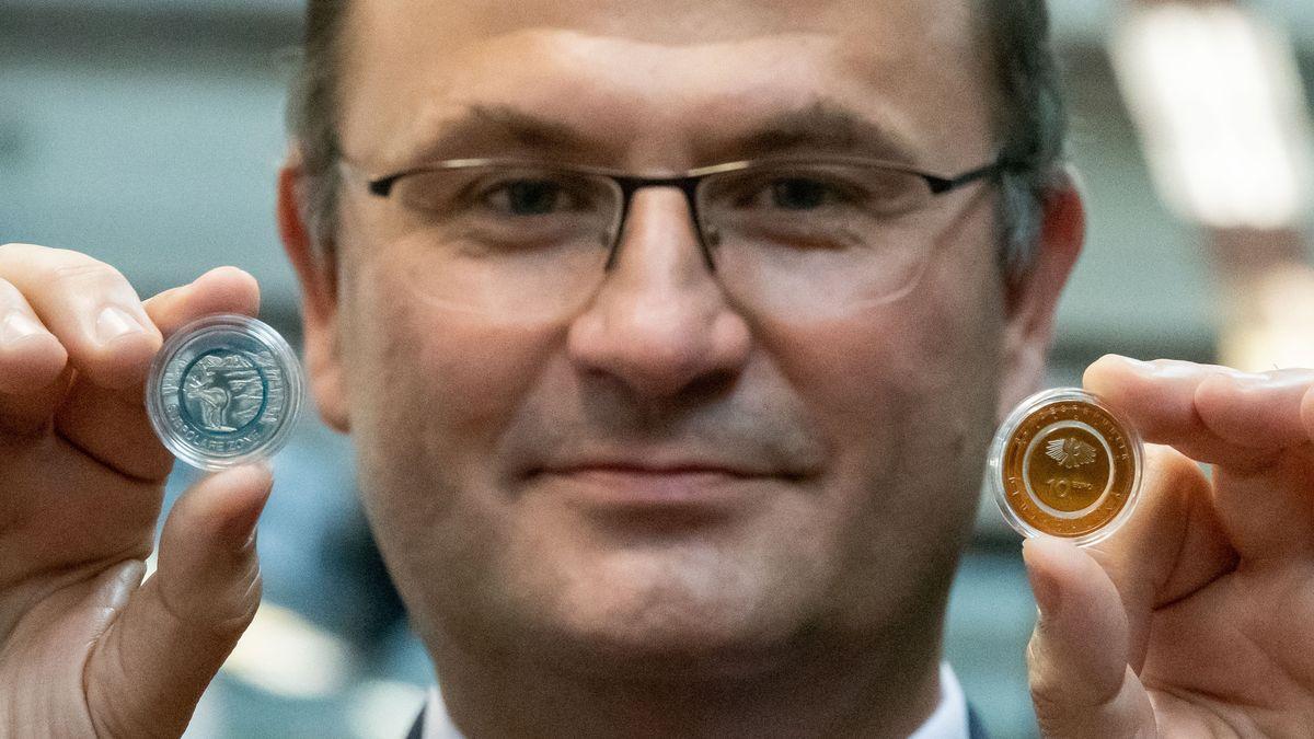"""Der bayerische Finanzminister Albert Füracker im September bei der Vorstellung von zwei neuen Sammelmünzen: """"Subpolare Zone - 5 Euro"""" (l) und """"An Land - 10 Euro"""""""