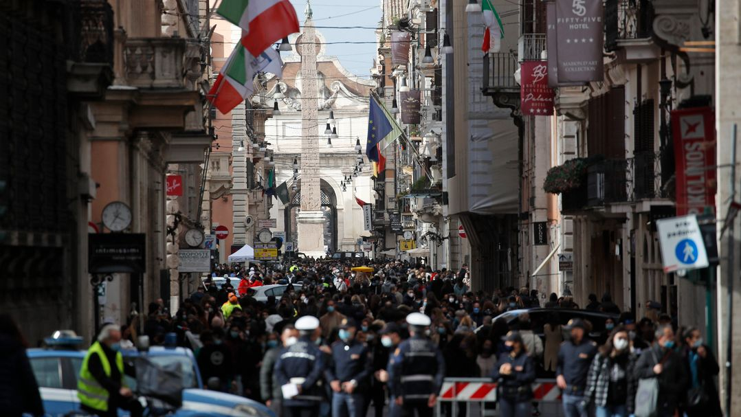 14.03.2021, Italien, Rom: Menschen drängen sich auf der Einkaufsstraße Via del Corso. Von Montag an gilt für Millionen Menschen in Italien wieder ein strikter Lockdown.