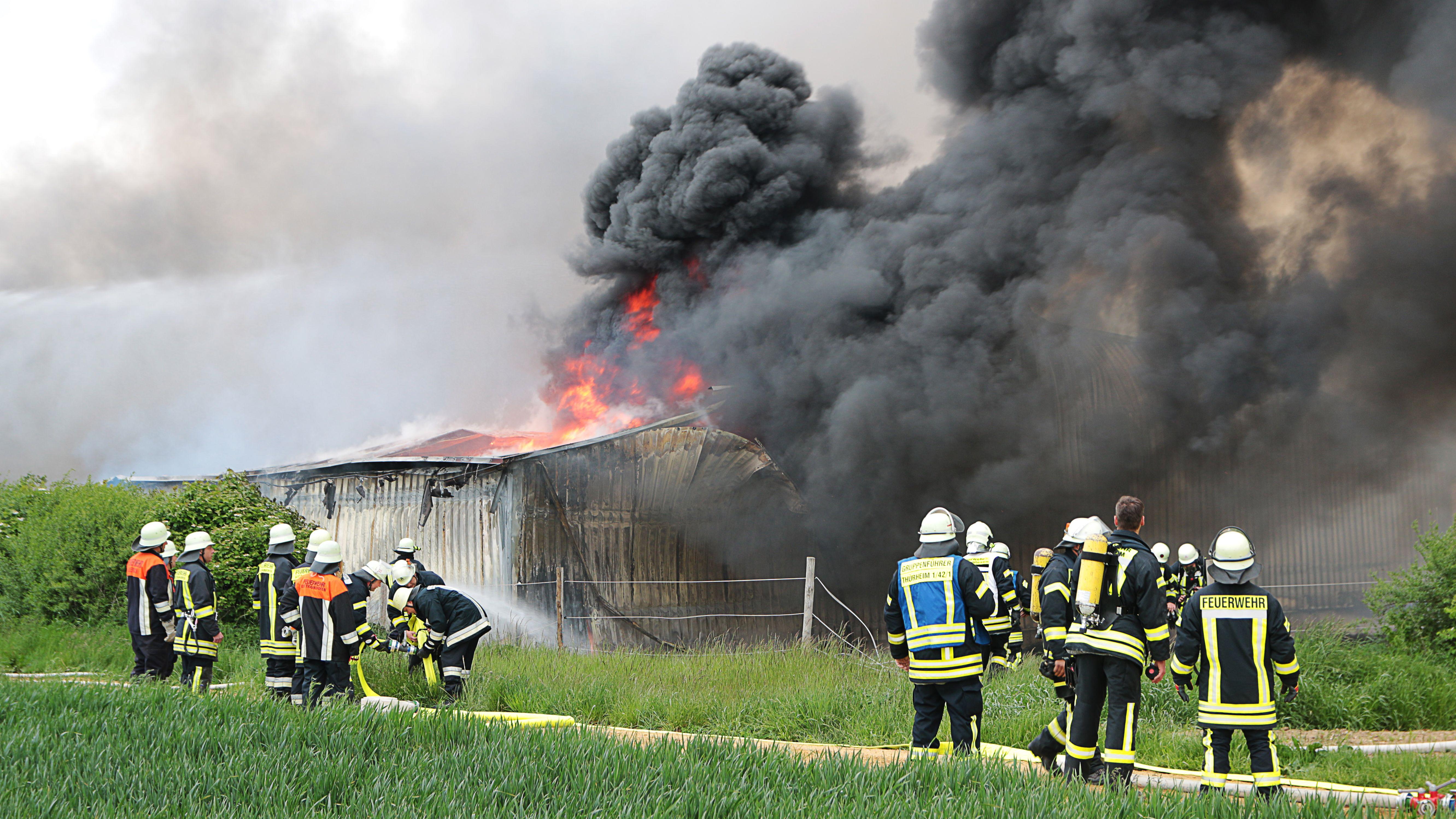 Die Feuerwehr musste in Wertingen den Brand in einer Lagerhalle löschen. Wegen des Rauchs müssen Anwohner Fenster geschlossen halten.