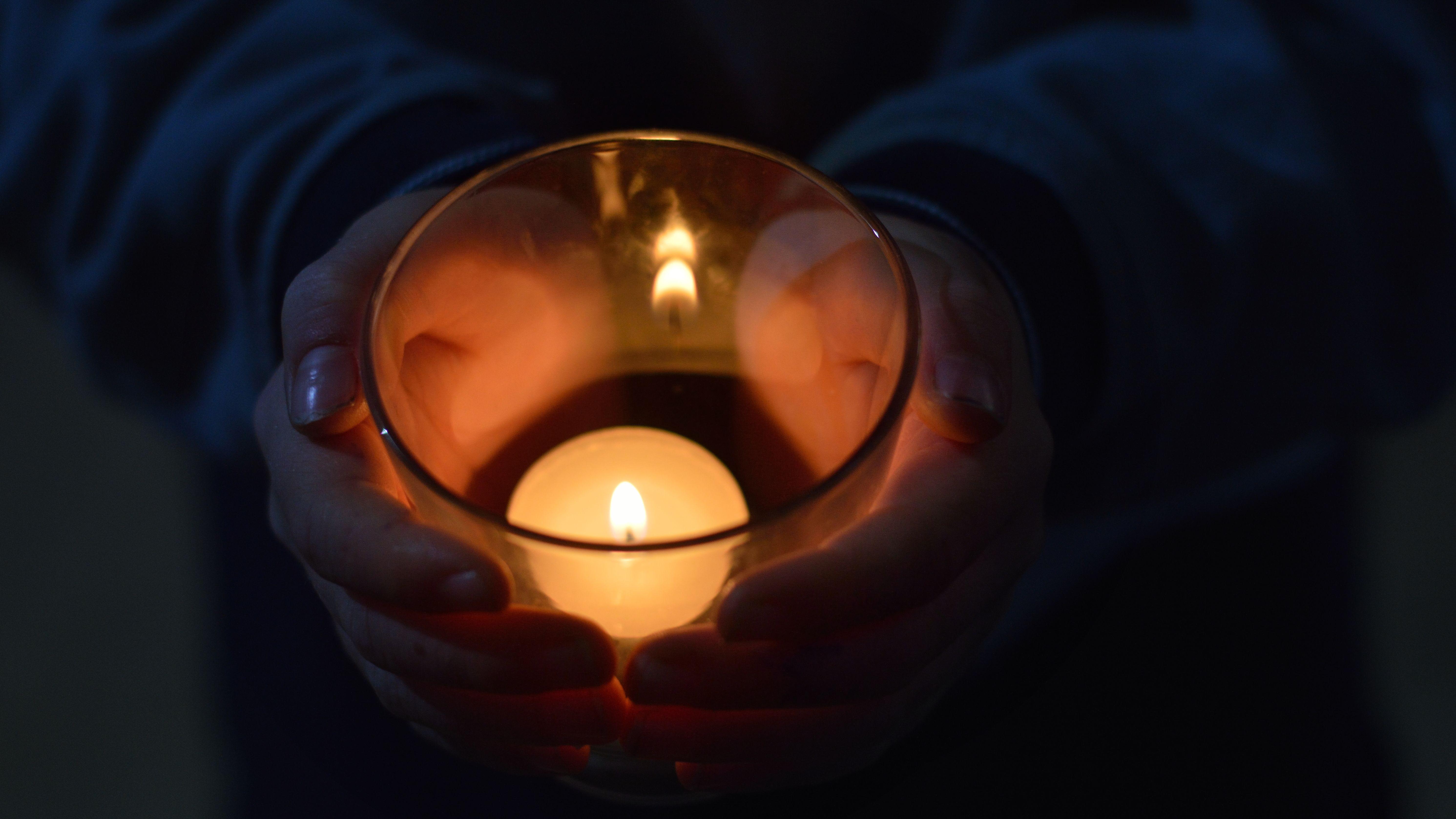 Brennende Kerze im Glas