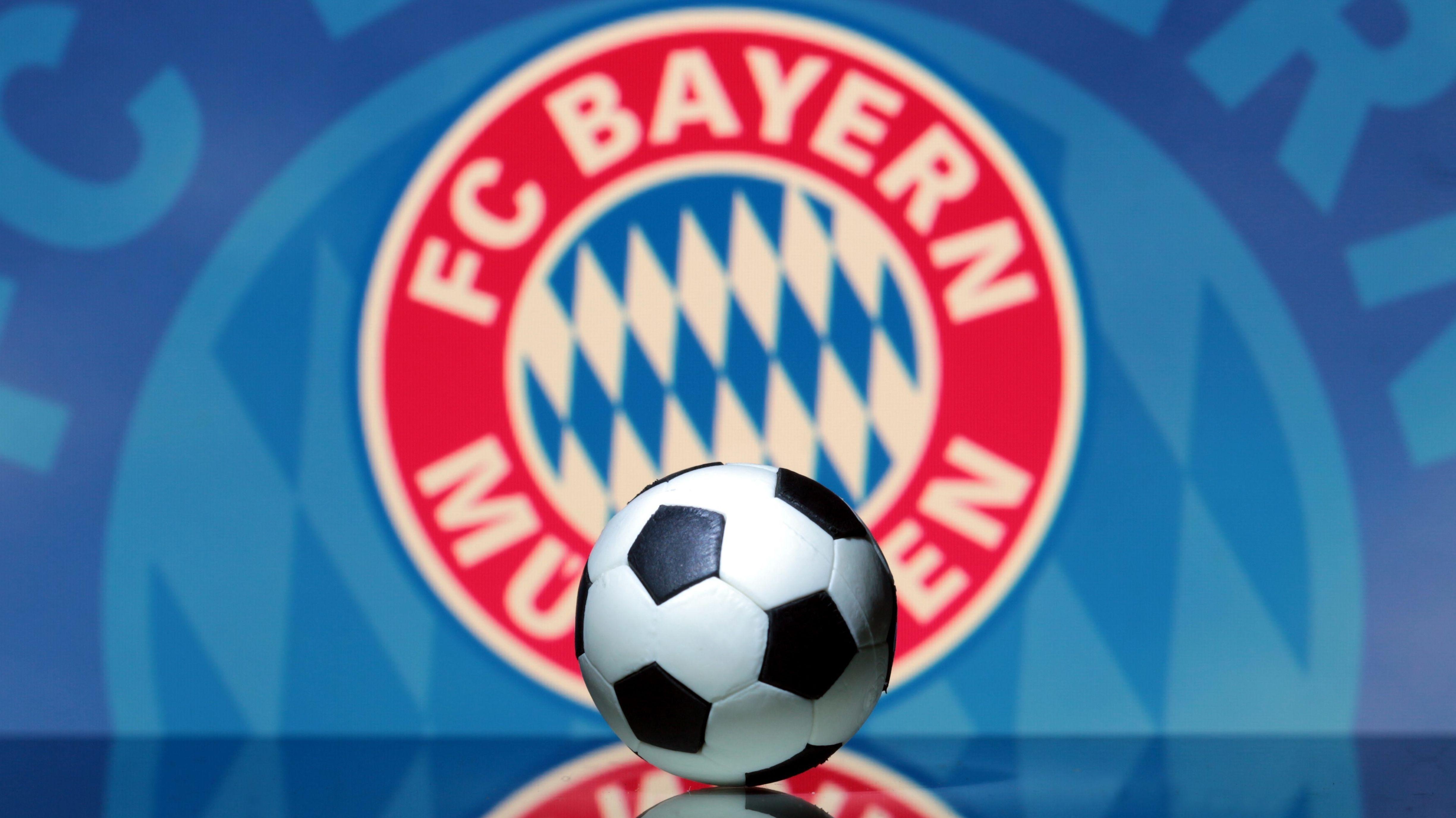 Ein Ball liegt vor dem Logo des FC Bayern München
