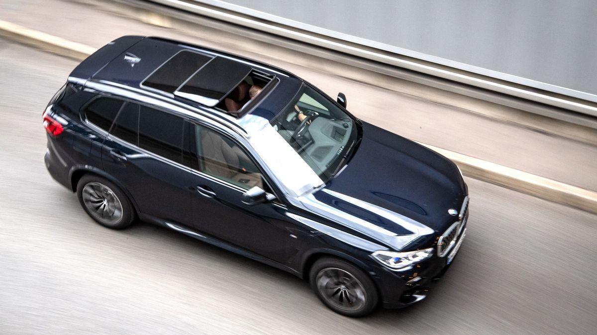 Ein SUV fährt auf dem Mittleren Ring in München