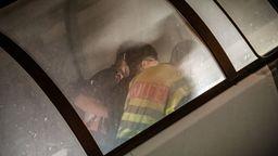 Zwei Polizisten führen einen Mann durch die Gangway in ein Flugzeug    Bild:Michael Kappeler/dpa
