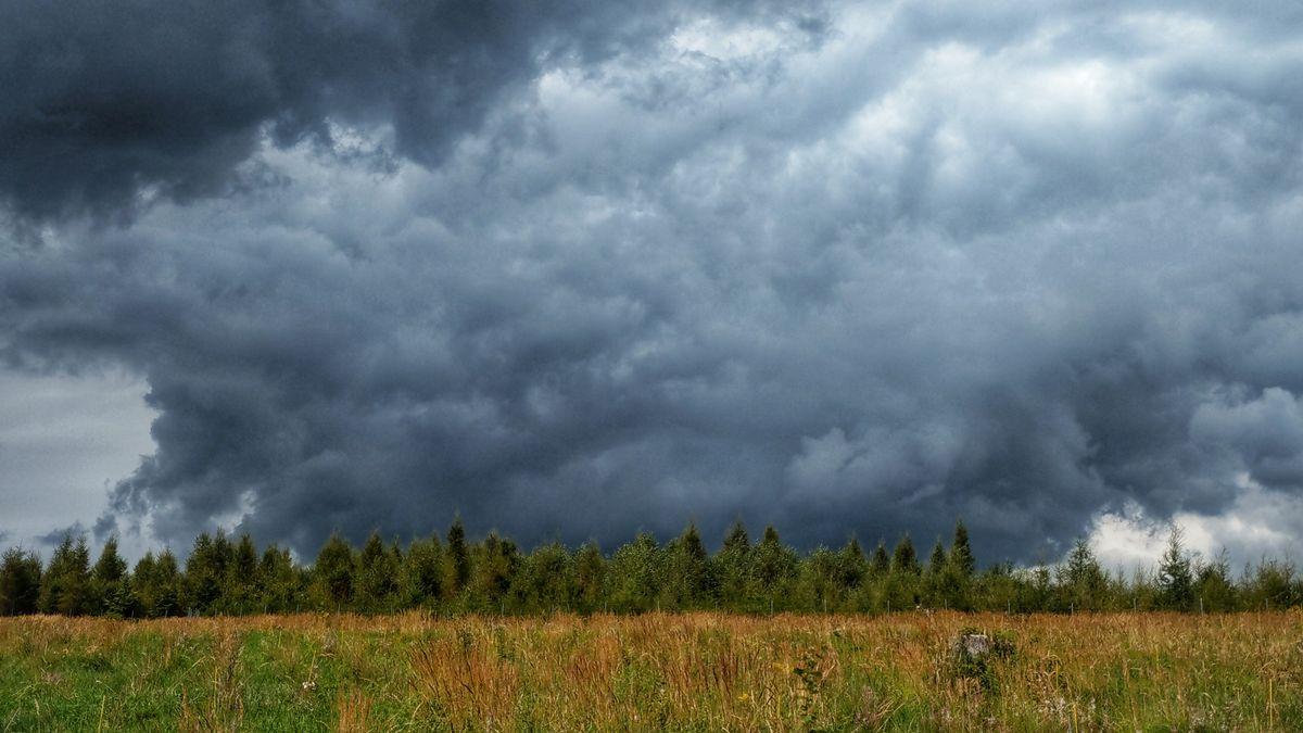 Gewitterwolken über einem Feld in Germering in Oberbayern