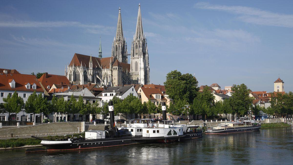 Blick vom Donauufer auf den Regensburger Dom.
