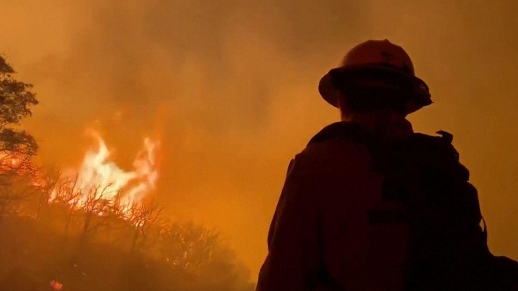 Ein Feuerwehrmann steht vor den Flammen im kalifornischen Los Padres National Forest