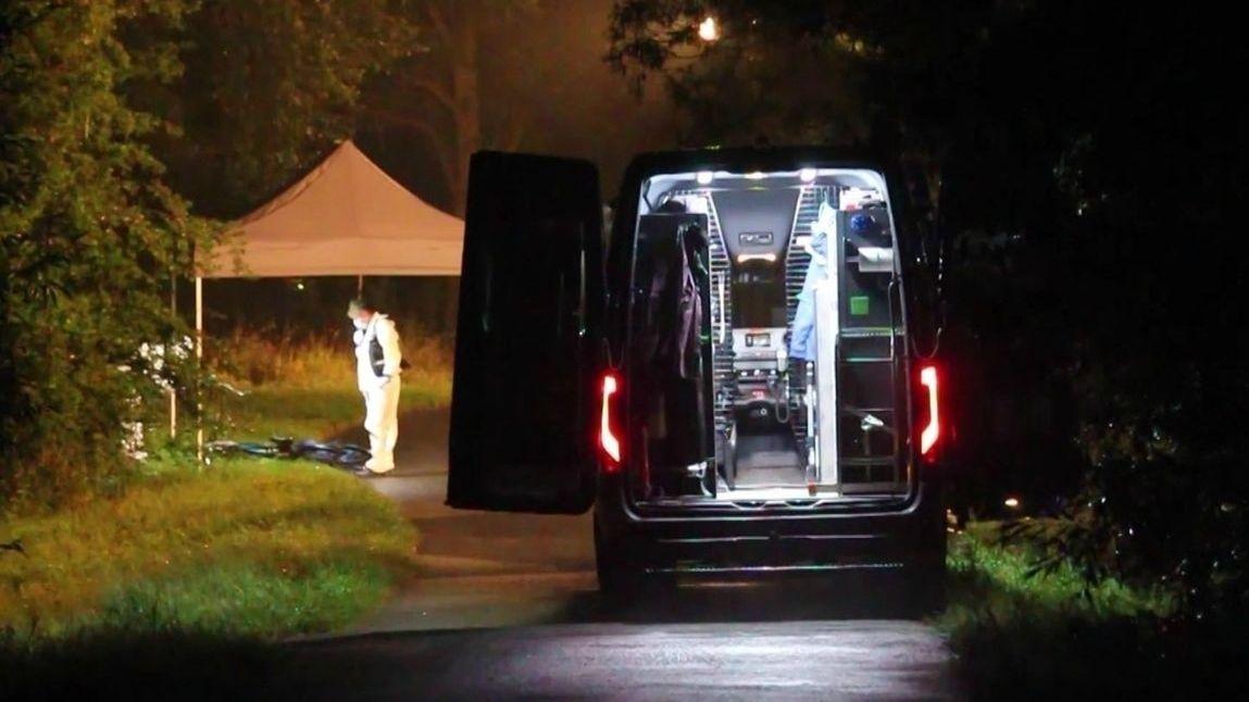 Polizisten untersuchen den Ort, an dem Passanten in Bayreuth die Leiche eines 24 Jahre alten Mannes gefunden haben.