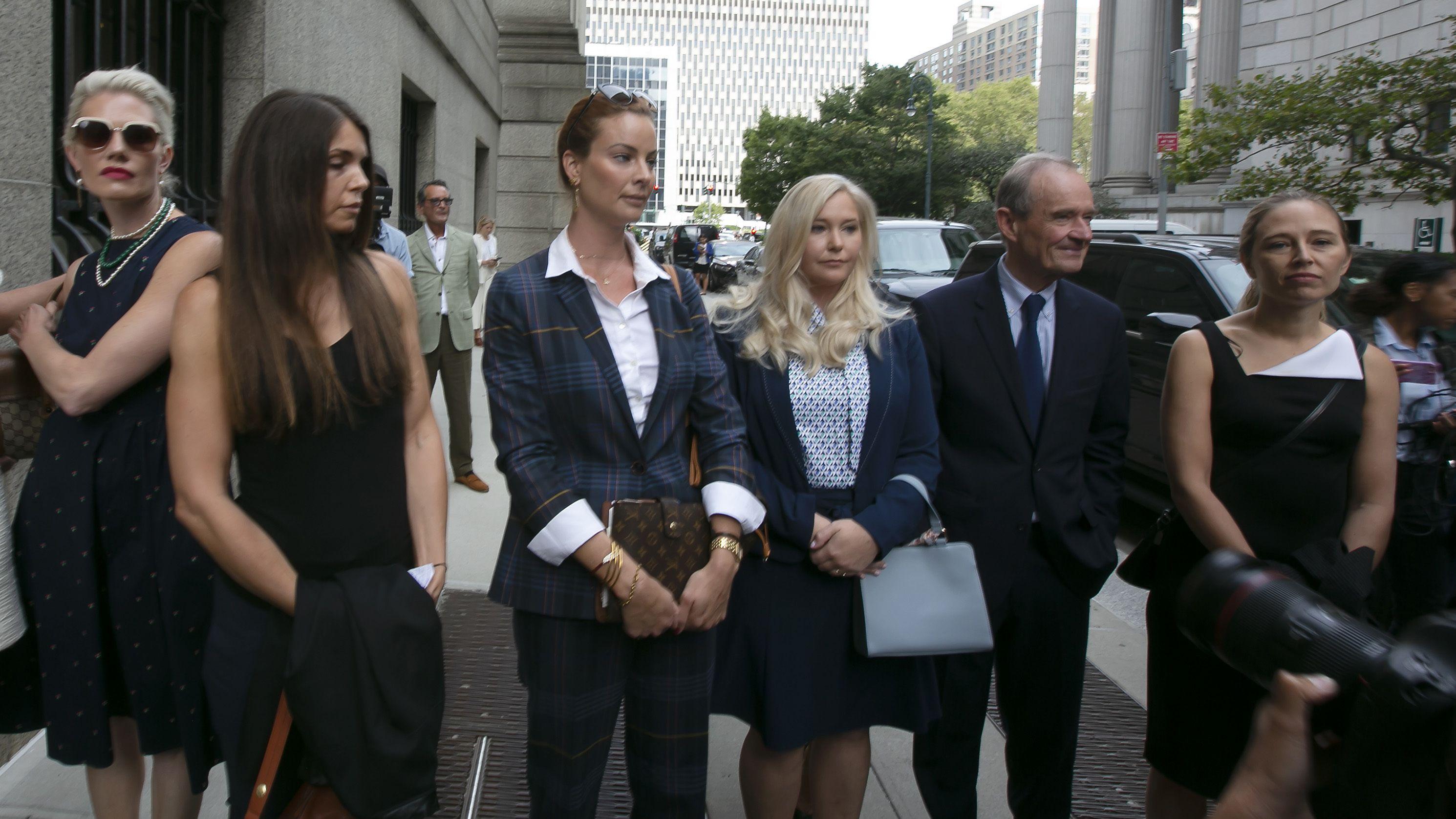 Mutmaßliche Epstein-Opfer mit ihrem Anwalt