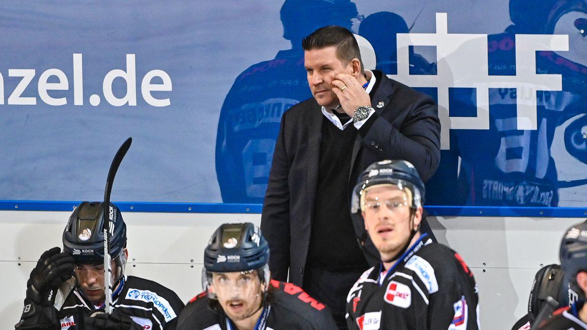 Straubing Tigers Trainer Tom Pokel steht hinter seiner Mannschaft