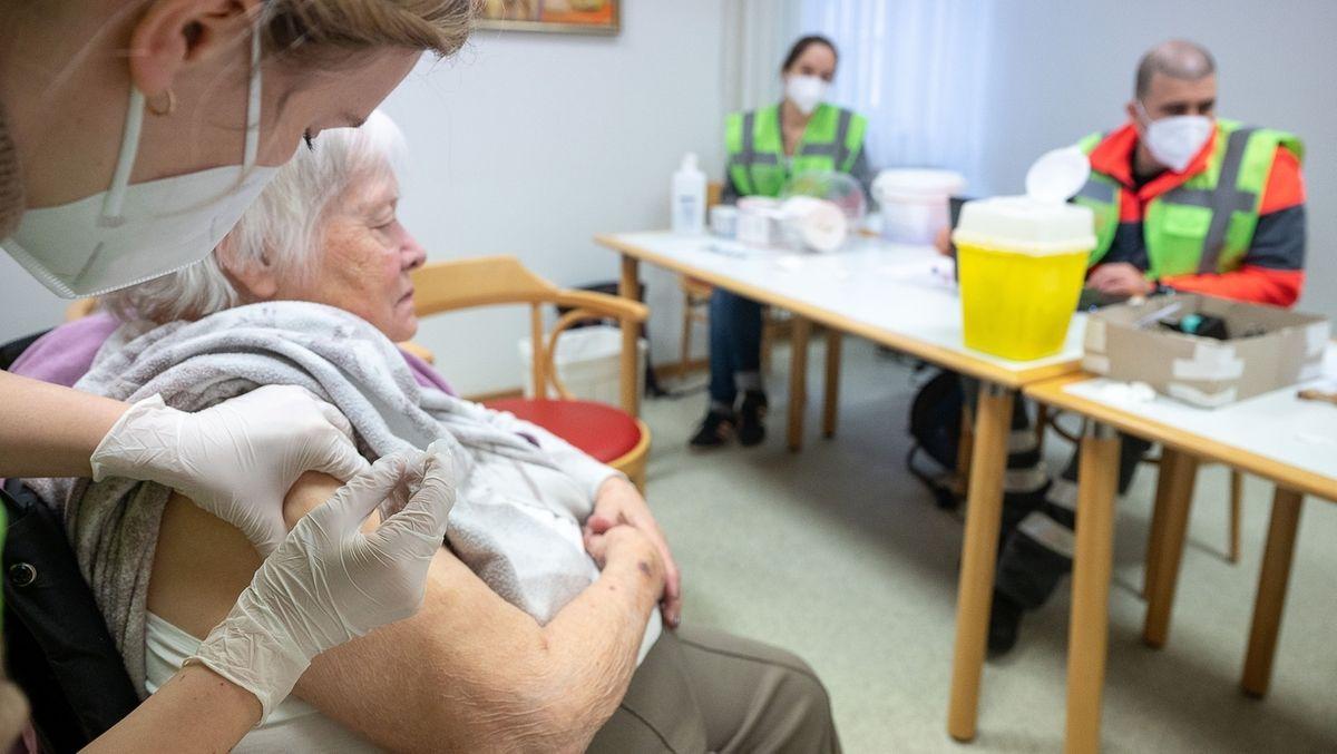 Die Mitarbeiterin eines mobilen Impfteams impft in einem Alten- und Pflegeheim Bürgerheim eine Bewohnerin mit dem Corona-Impfstoff von Biontech/Pfizer.