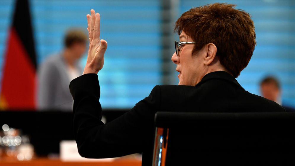 CDU-Politikerin Kramp-Karrenbauer in einer Kabinettssitzung | Bild:picture alliance/dpa