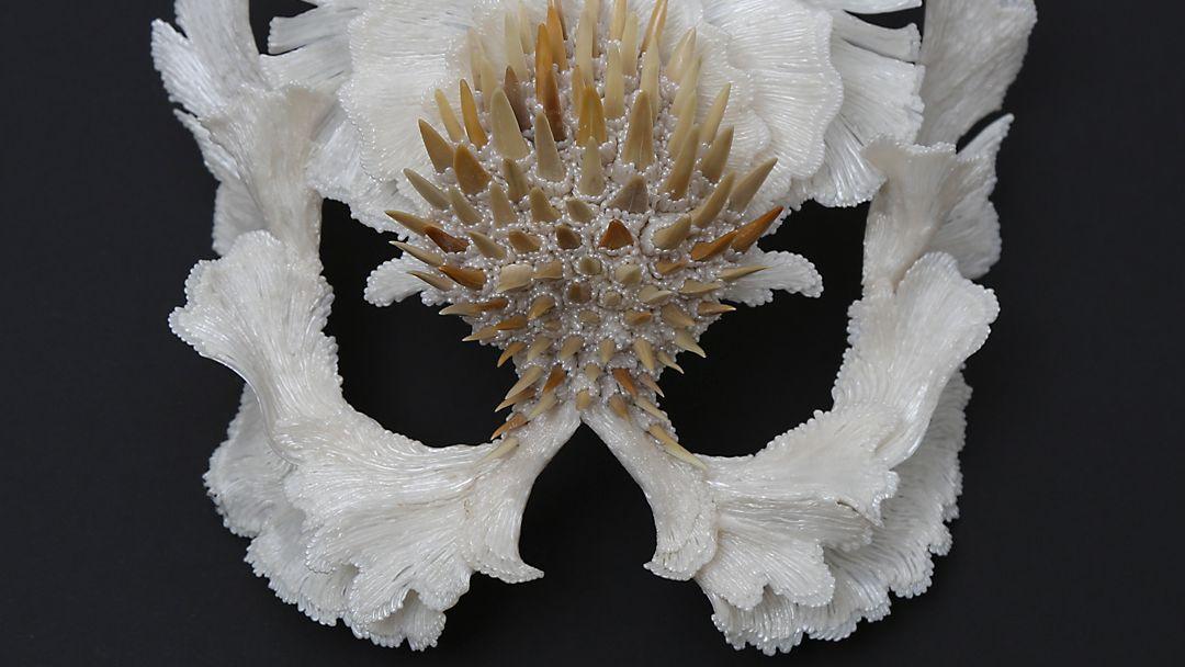 Maske mit Haifisch-Zähnen von Carina Shoshtary