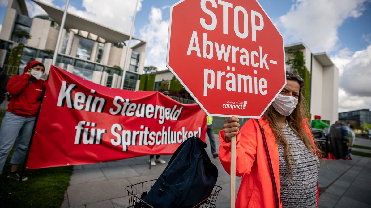 Demonstranten mit Stoppschild