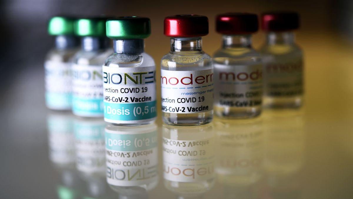 Impfdosen von BioNTech und Moderna (Symbolbild).