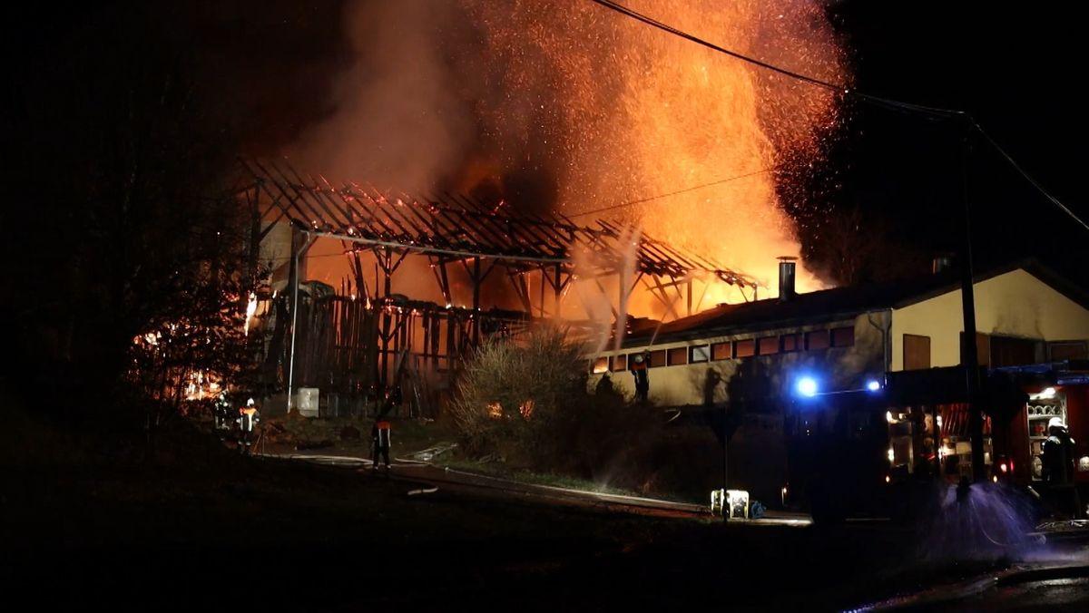 Der Stall steht lichterloh in Flammen