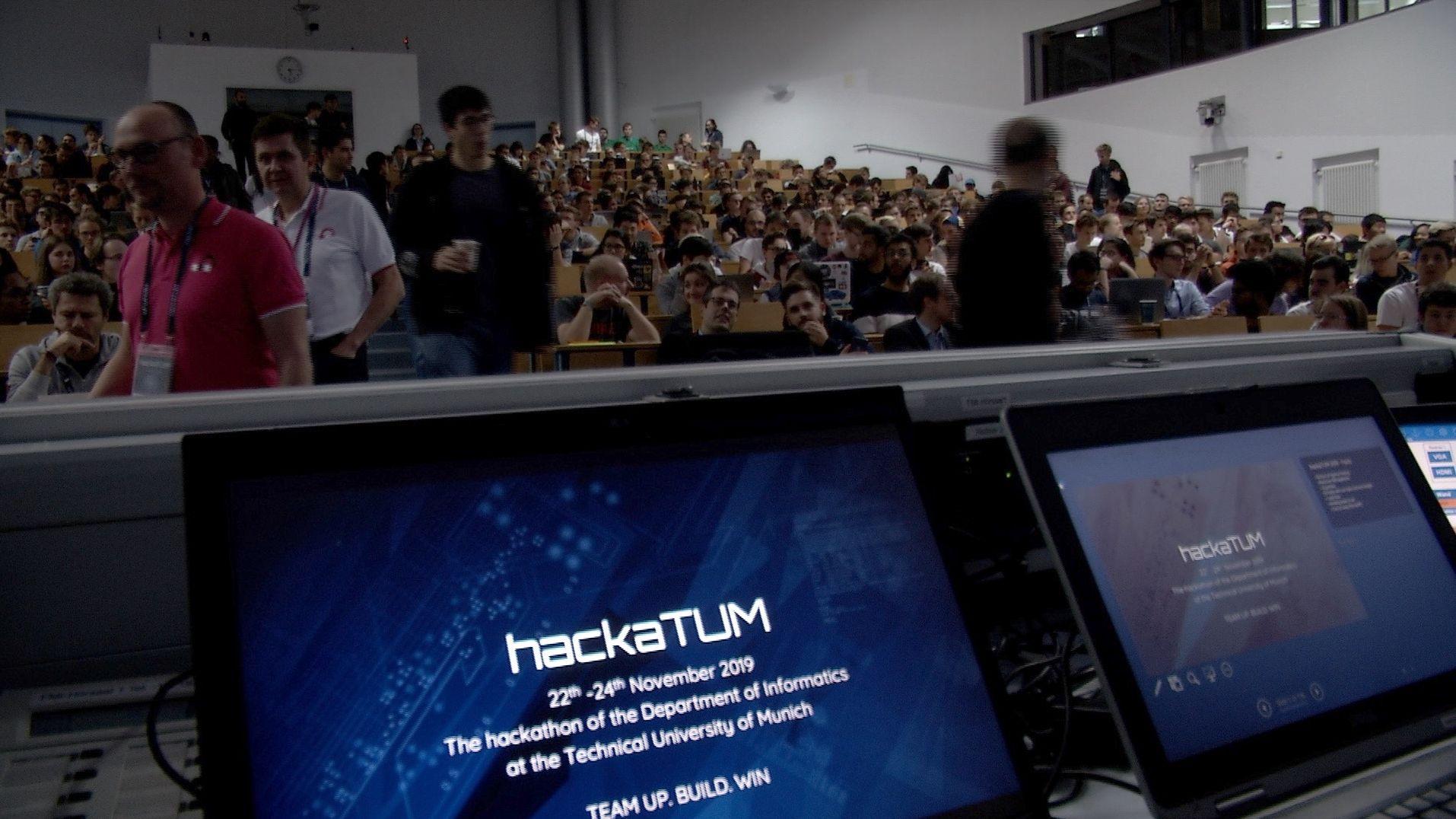 Informatik-Studenten beim Wettbewerb hackaTUM