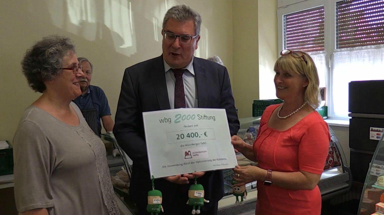 Die wbg 2000 Stiftung hat der Nürnberger Tafel einen Förderbetrag von 20.400 € bewilligt. Heute wurde symbolisch der Scheck übergeben.