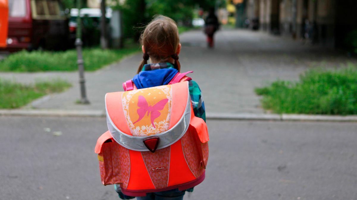 Mädchen mit Schulranzen (Symbolbild)