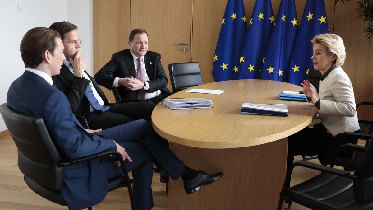 Ursula von der Leyen  (r.) spricht mit Österreichs Kanzler Sebastian Kurz, Hollands Premier Mark Rutte und dem schwedischen Premier Stefan Lofven