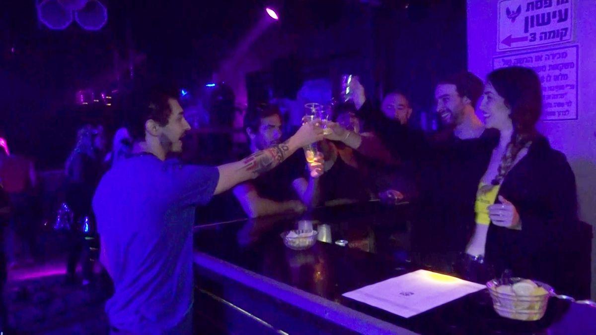 In einer Bar in Tel Aviv wird kräftig gefeiert.