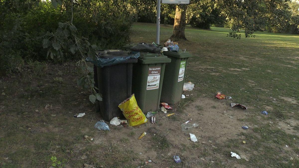 """Randvolle Mülltonnen am """"Guggi"""" und jede Menge Müll drumherum"""