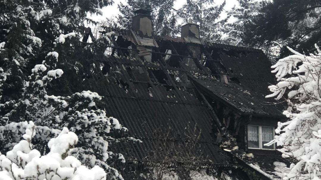 Dieses Wohnhaus in Waldkraiburg brannte komplett aus.