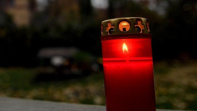 Offene Grablichter sollen wegen der anhaltenden Trockenheit bis auf Weiteres nicht auf städtischen Friedhöfen in Nürnberg aufgestellt werden.