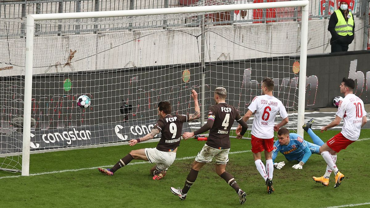 Spielszene St. Pauli - Regensburg