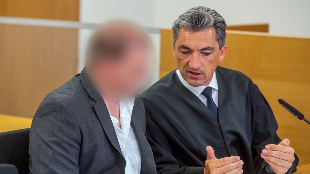 Der Angeklagte (l) im Landgericht neben seinem Verteidiger