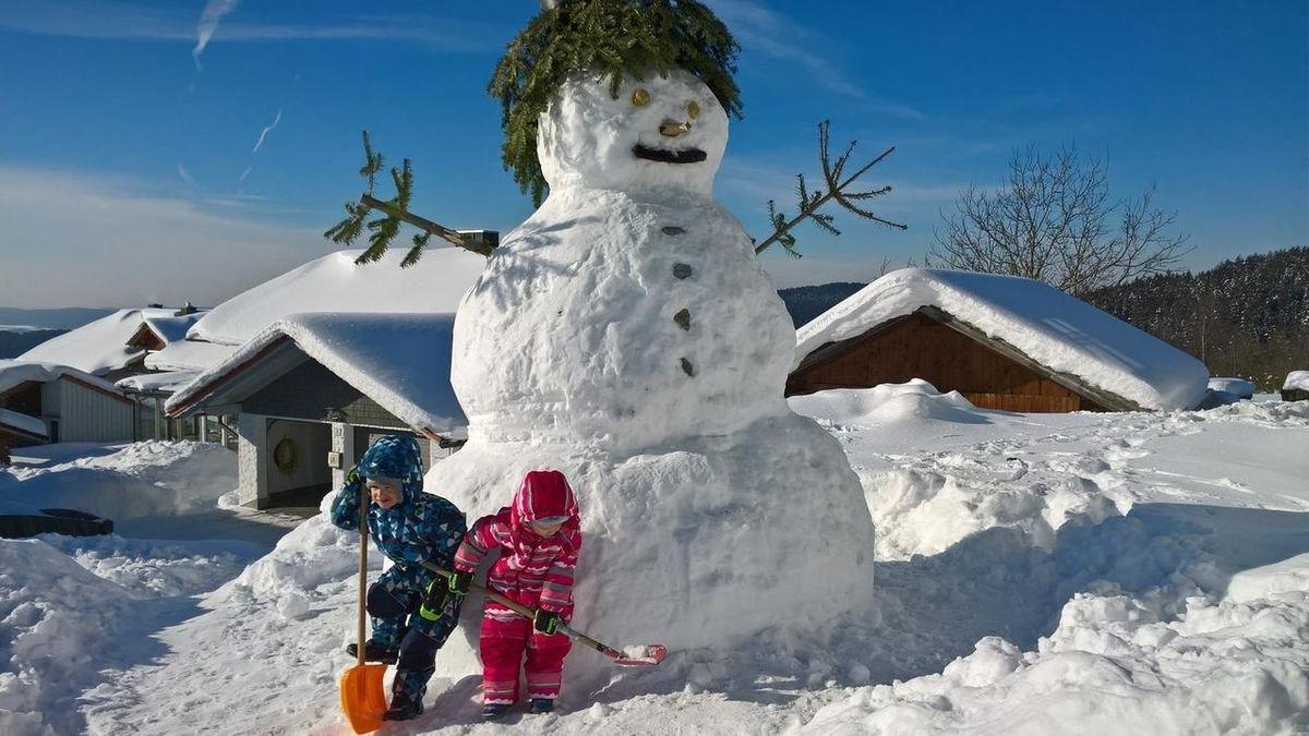 Kinder haben einen überlebensgroßen Schneemann gebaut