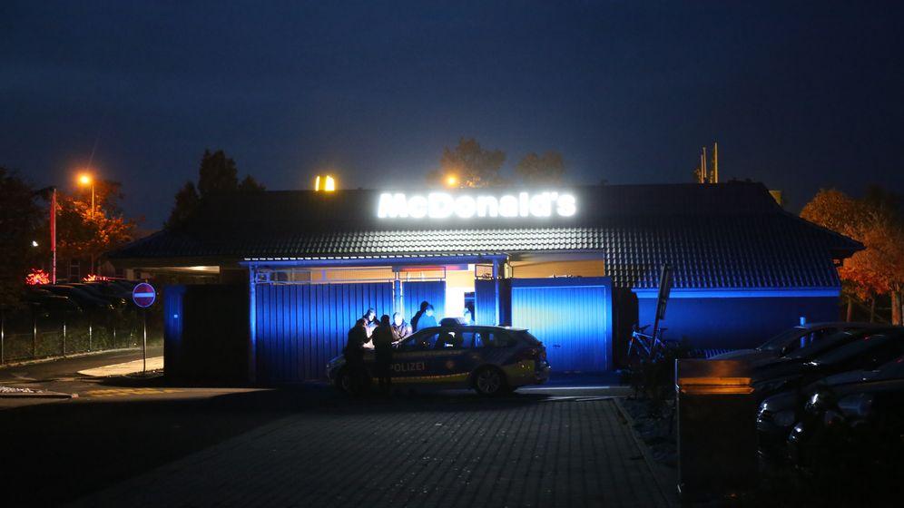 Einsatzkräfte vor einer McDonald's Filiale in Hof | Bild:News 5