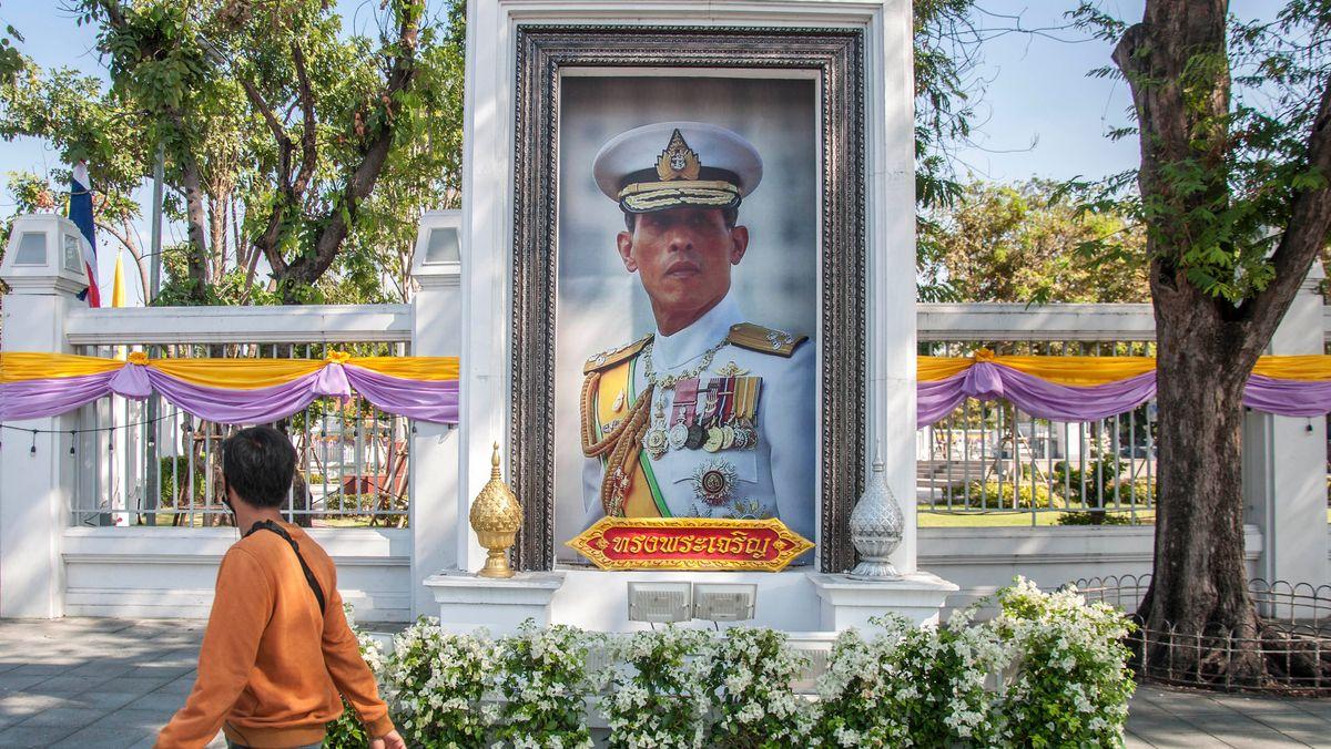 Bangkok: Ein Mann geht an einem Porträt von König Maha Vajiralongkorn vorbei.