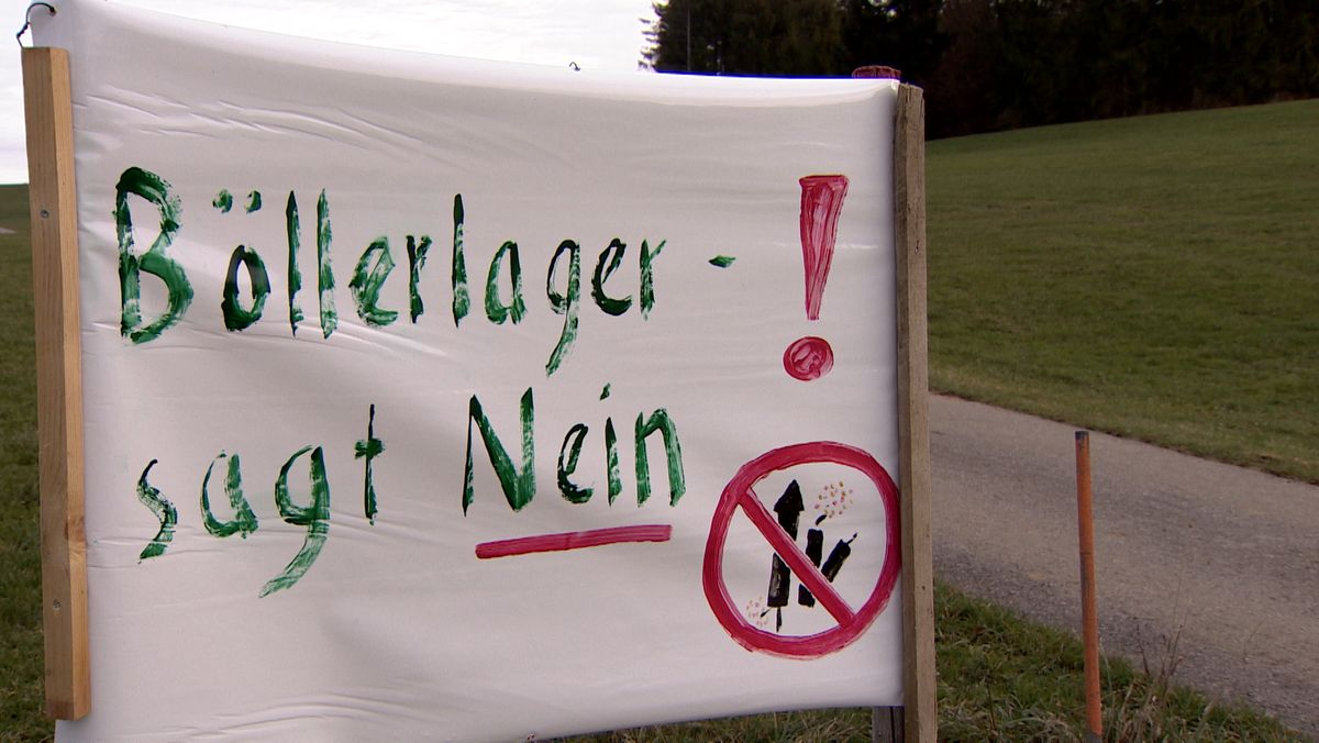 """""""Böllerlager - sagt Nein!"""" steht auf einem Transparent, das die Gegner des Pyrotechniklagers in Wald aufgestellt haben"""