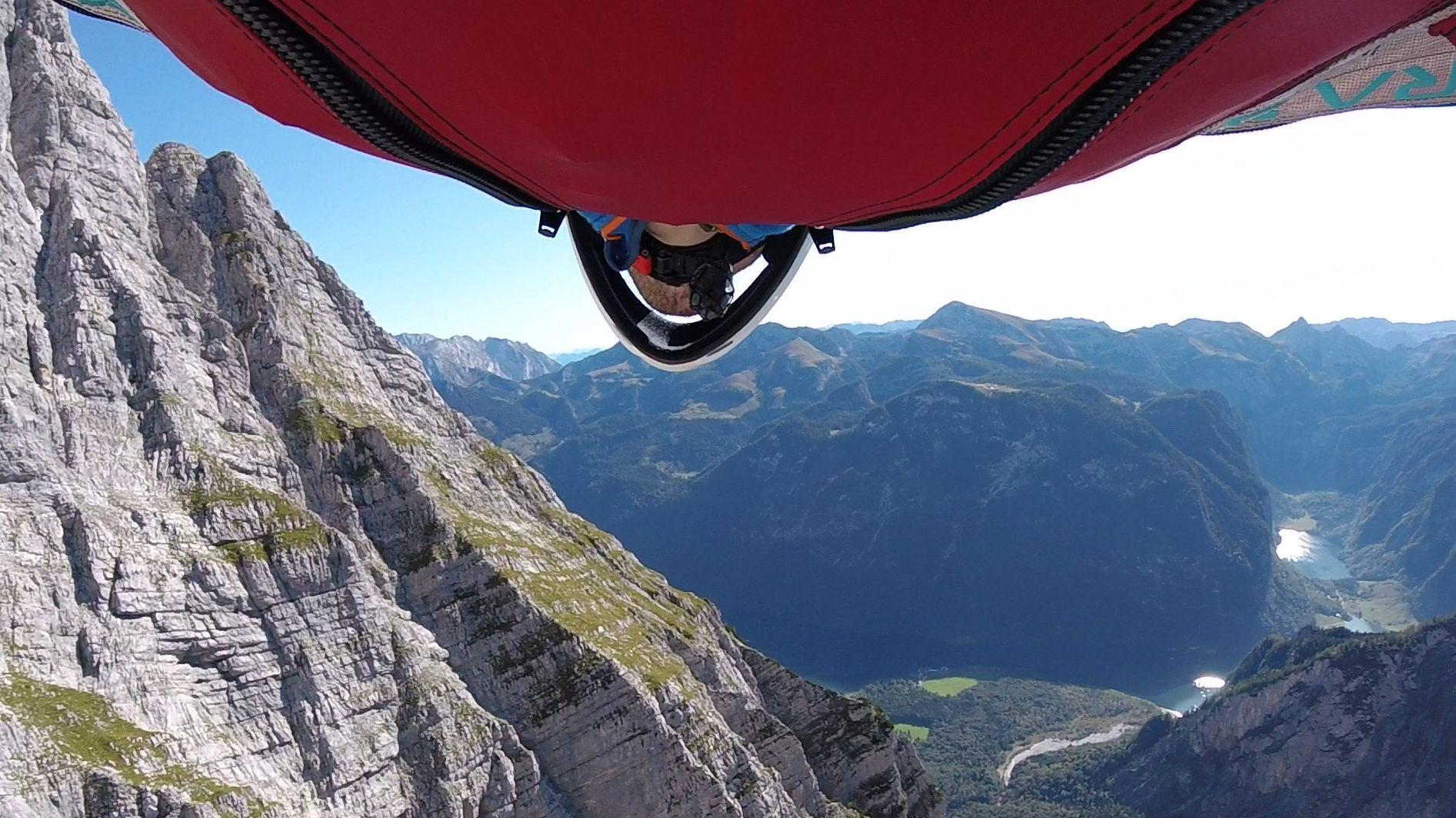 Der 31-jährige Niklas Winkler fliegt bei seinem Sprung vom Watzmann auf den Königssee zu.
