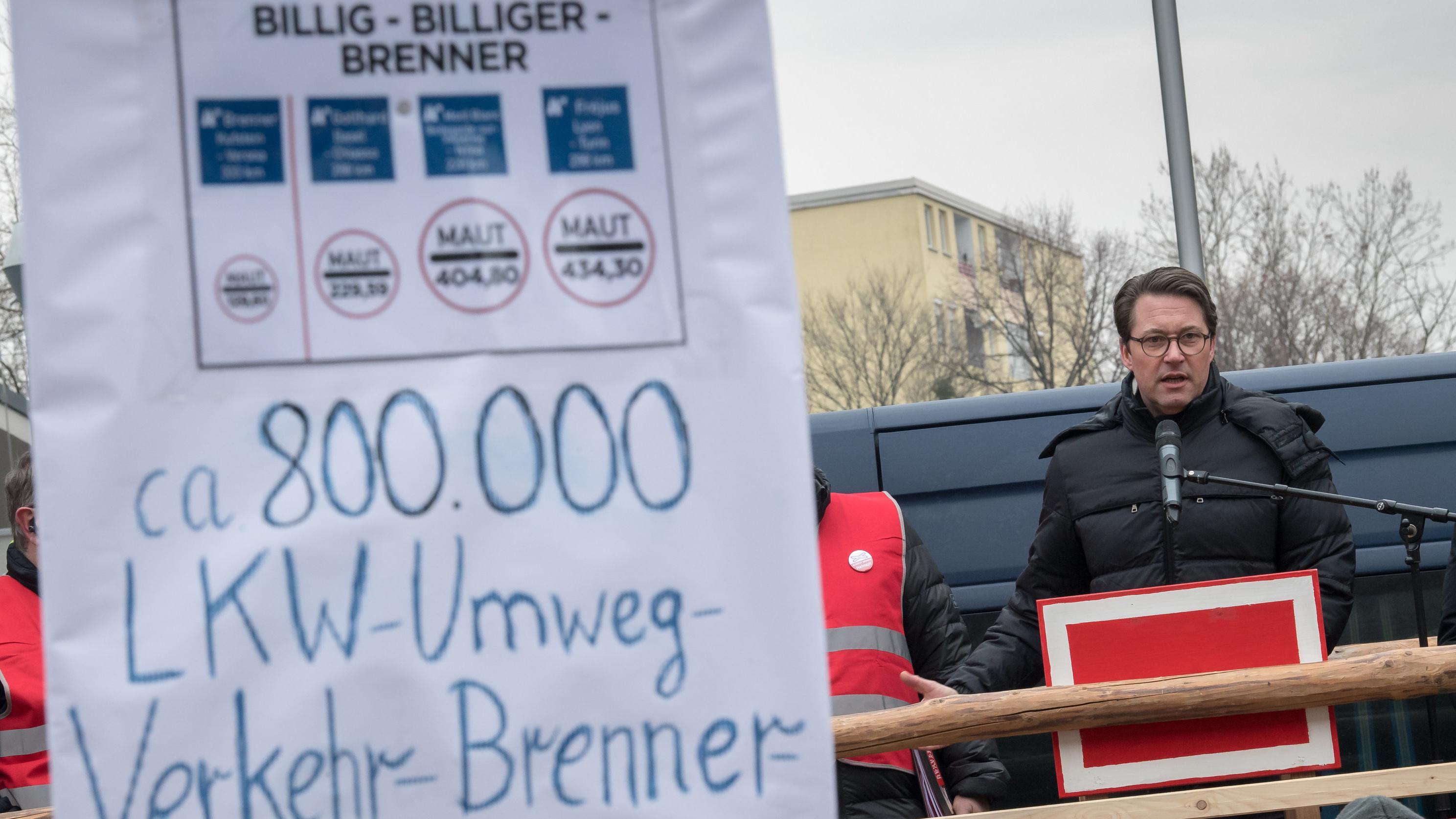 Verkehrsminister Scheuer spricht  vor Demonstranten in Rosenheim