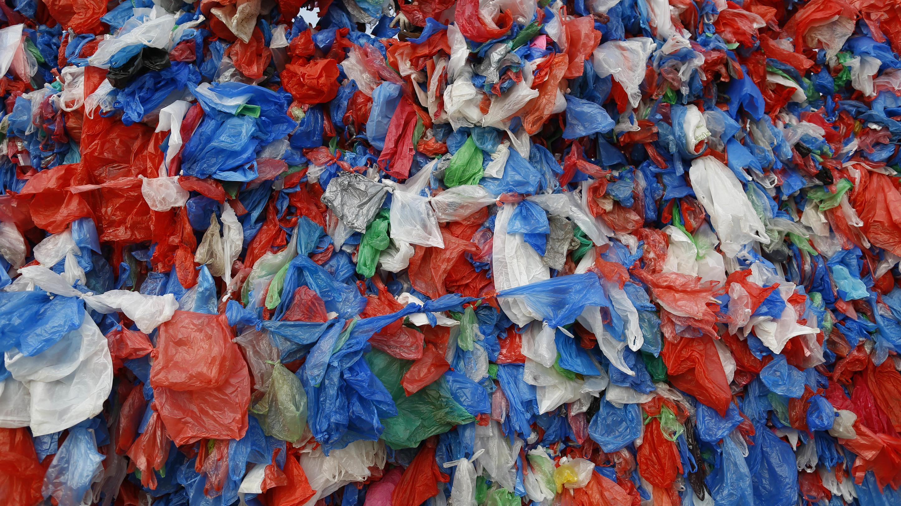 Zahlreiche gebrauchte Plastiktüten liegen auf einem Haufen