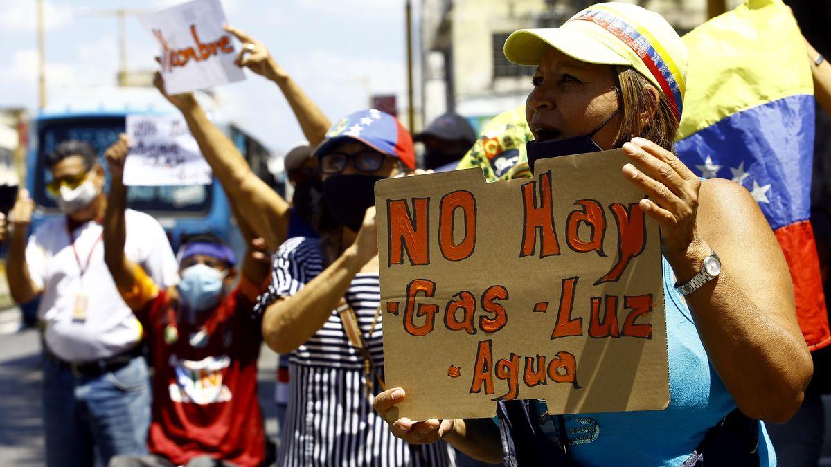 """""""Es gibt kein Gas, Licht und Wasser"""" steht auf dem Plakat einer der Demonstrierenden in Venezuela."""
