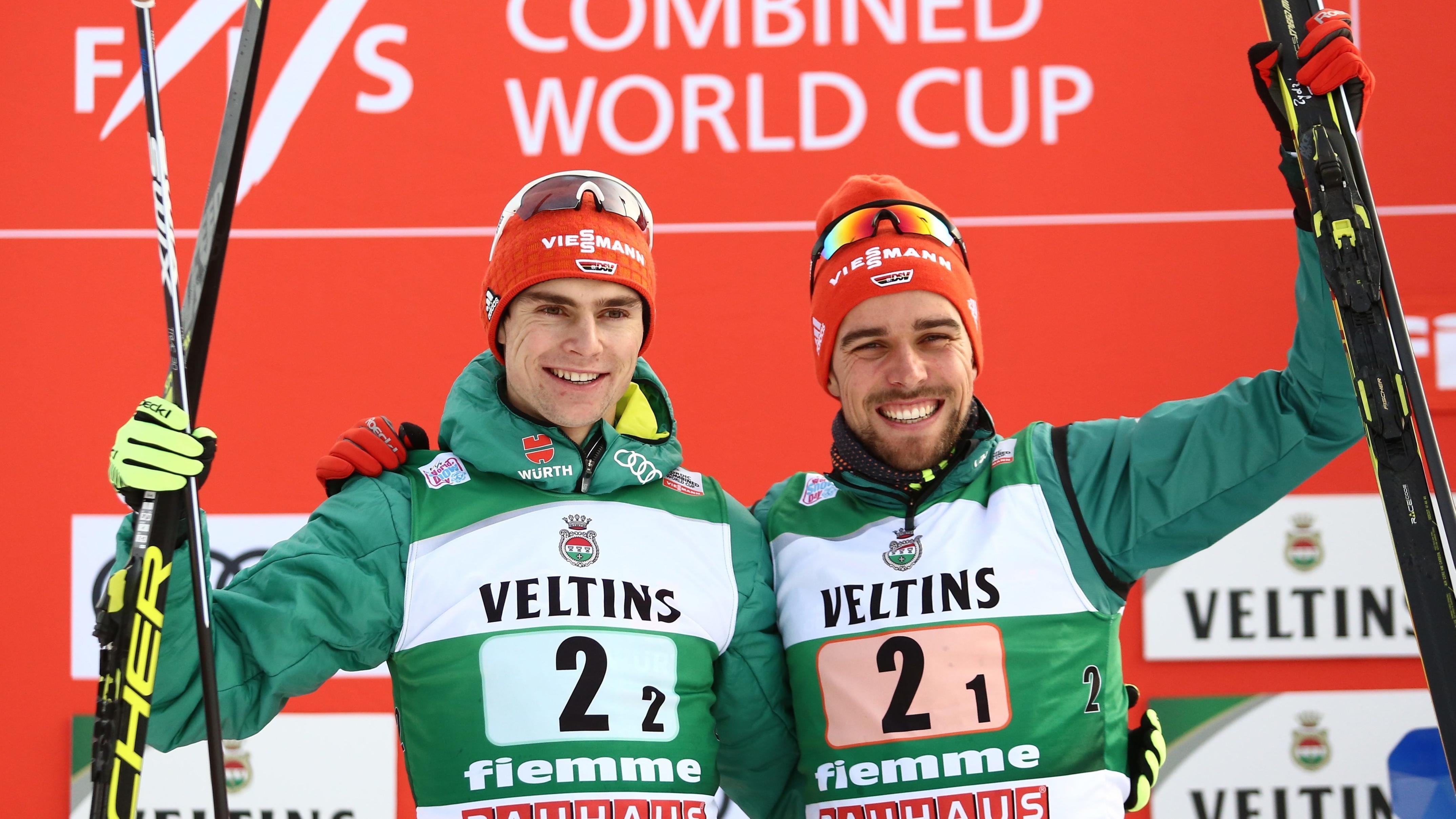 Vinzenz Geiger (links) und Johannes Rydzek auf dem Podest in Val di Fiemme