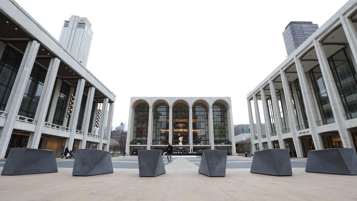Der leere Platz vor der Metropolitan Opera in New York.
