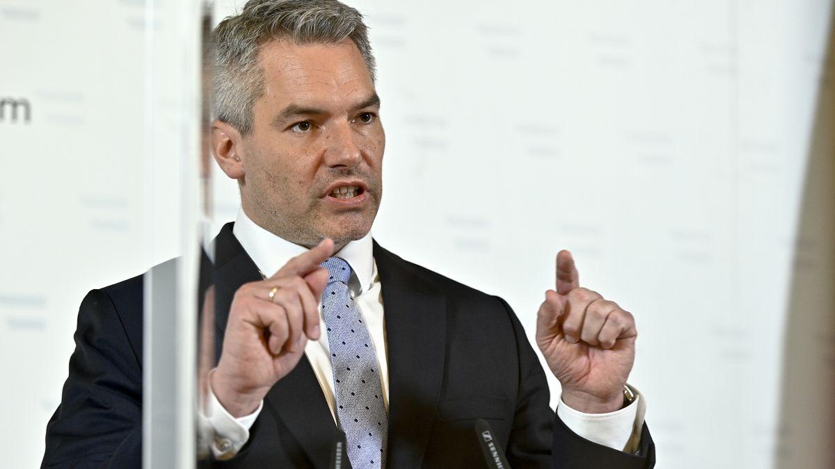 Österreichs Innenminister Karl Nehammer (ÖVP) am Freitag, 6. November 2020, während der Pressekonferenz.