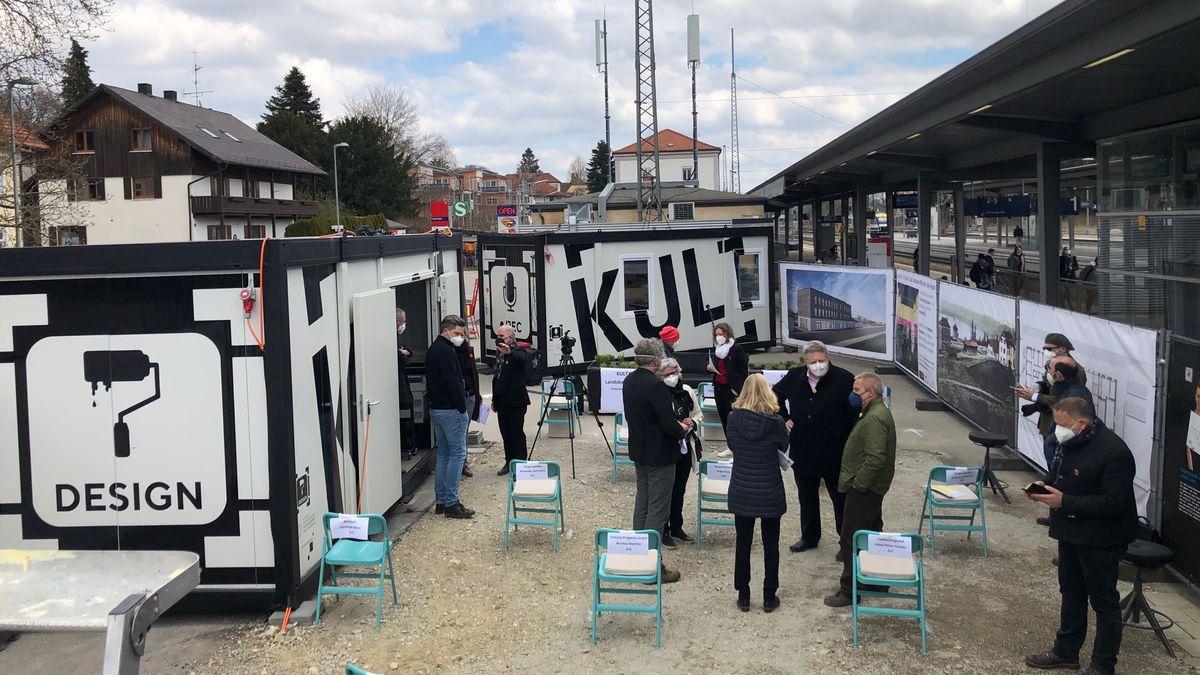 """Am Geltendorfer Bahnhof stehen sogenannte """"Kultainer"""". In den mobilen Studios des Landsberger Vereins """"dieKunstBauStelle"""" kann  jeder professionelle Podcasts, Interviews und Onlinebeiträge machen."""