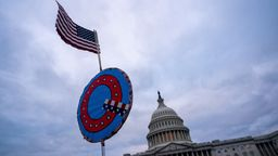 Q vor US-Kapitol | Bild:Picture Alliance