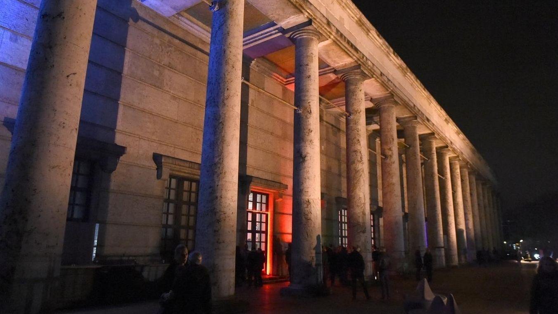 Die beleuchtete Fassade des Hauses der Kunst in München